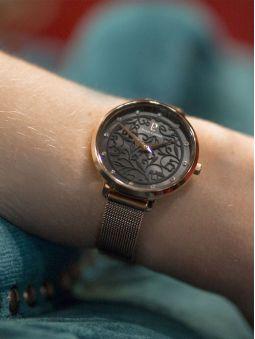 Montre femme Pierre Lannier bracelet milanais rose cadran motif fleuri noir