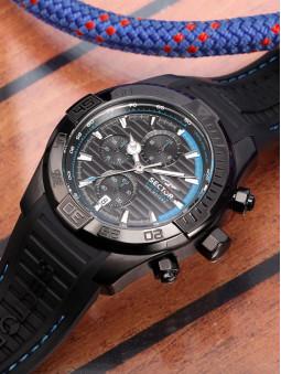 presentation de la montre sector R3271635001, pour homme, sur fond de table en bois clair